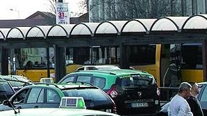 Taxista detido por ter cobrado oitenta cêntimos a mais