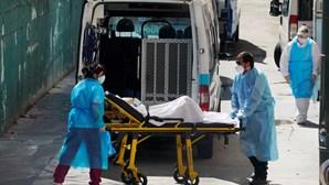 """""""Vi como a vida e a morte se entreolham"""": Enfermeiros exaustos perante combate ao coronavírus"""