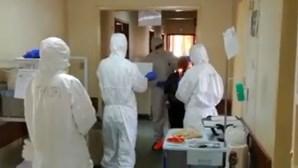Profissionais do Hospital das Forças Armadas comemoram 95º aniversário de idosa infetada com coronavírus