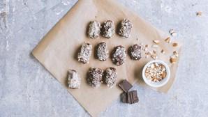 Lanche pronto em 10 minutos e com apenas três ingredientes: amêndoas gulosas com cobertura de chocolate