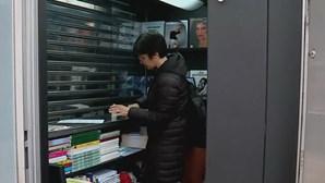 Vendedora de quiosque leva jornais a casa dos clientes