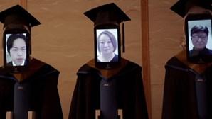 Robôs substituem estudantes japoneses em cerimóniade formatura em tempo de coronavírus