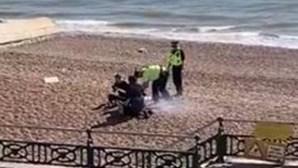 Polícia enche capacete de água e despeja-o em churrasco de casal que furou isolamento