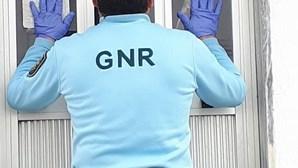 """""""Tem sido muito difícil"""": GNR celebra aniversário separado dos pais por uma porta"""