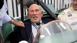 Morreu Stirling Moss, uma das figuras icónicas do automobilismo mundial