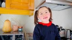 """""""A Minha Pilar"""": menina de seis anos está a conquistar a Internet durante a quarentena"""
