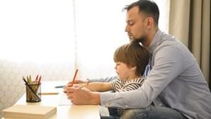 Pais de crianças até 12 anos com faltas justificadas e apoio de 66% do vencimento
