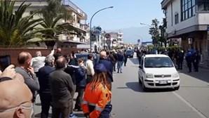Cerimónia fúnebre de autarca em Nápoles junta mais de 200 pessoas na rua