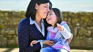 """""""Ficámos parados no tempo"""": mãe de menina com necessidades especiais relata vida em confinamento"""