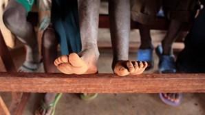 Coronavírus em Moçambique obriga a fazer quilómetros, descalços ou em chinelos