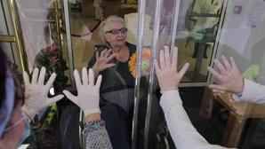 Separados por um vidro: Idosos isolados em lares reúnem-se com as famílias