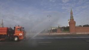 Ruas de Moscovo desinfetadas para conter propagação do coronavírus