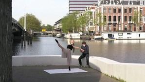 Estrelas de balé dançam nas ruas vazias de Amesterdão