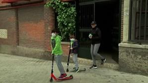 Crianças espanholas voltam a sair à rua após seis semanas fechadas em casa devido à Covid-19