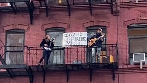 Músico faz serenata à varanda para vizinhos durante confinamento em Nova Iorque