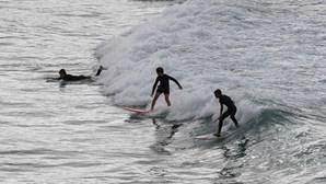 Centenas de surfistas enchem famosa praia australiana de Bondi no dia da reabertura. Veja as imagens