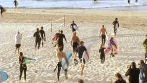 Centenas de surfistas enchem a famosa praia australiana de Bondi no dia da reabertura