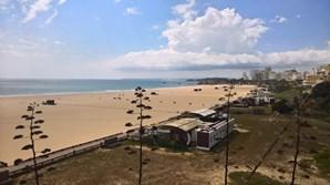 Praia da Rocha deserta em dias de Páscoa. Um dos areais mais visitados do Algarve como nunca o viu