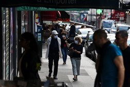 População com máscara em Paris