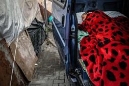 Uma viagem às ruas de Lisboa: Famílias vivem acampadas ao relento enquanto esperam por casas