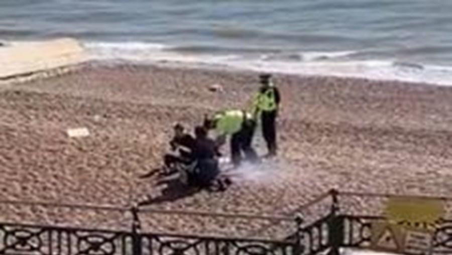 Polícia enche capacete de água e despeja-o em churrasco