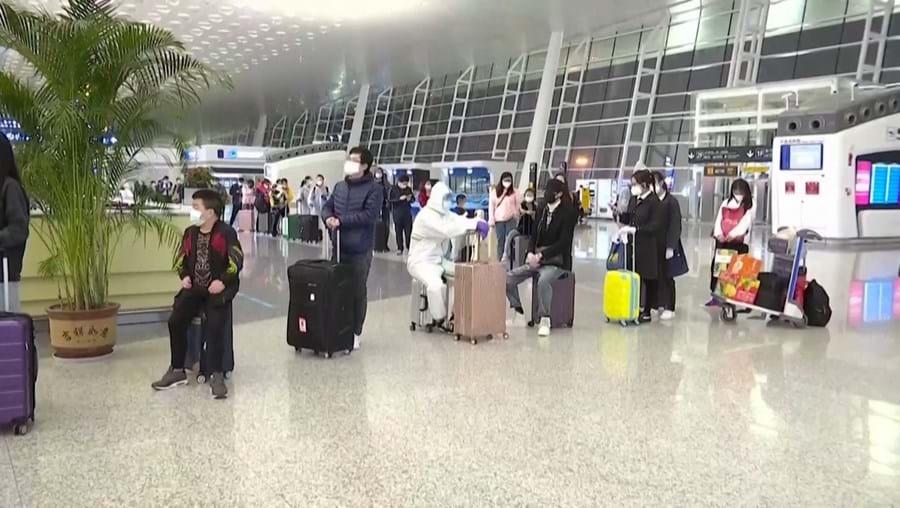 Coronavírus: Wuhan reabre aeroporto e termina confinamento nacional