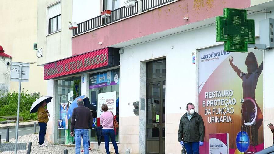 Vítimas faziam fila à porta da farmácia, na Amadora, quando os três homens armados surgiram e as assaltaram