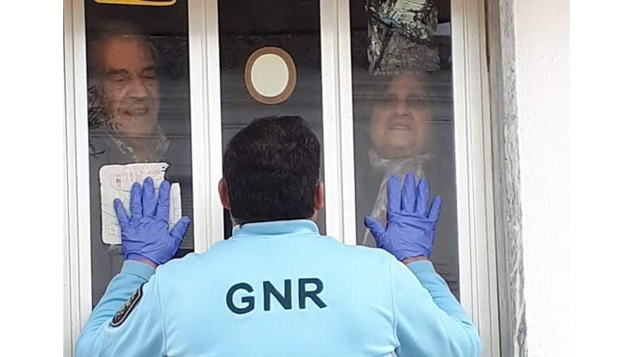 'Tem sido muito difícil': veja a imagem emocionante de um GNR separado dos pais por uma porta em dia de aniversário