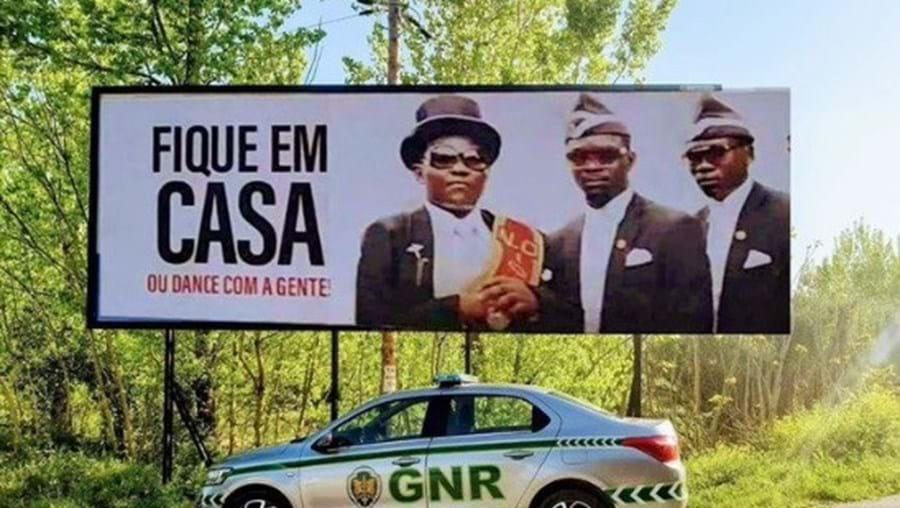 'Fique em casa ou dance com eles': GNR usa 'memes' internacionais de serviços funerários do Gana