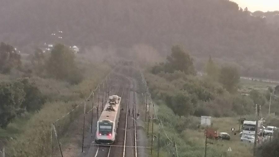 Comboio abalroa camião na Linha do Norte em Santarém