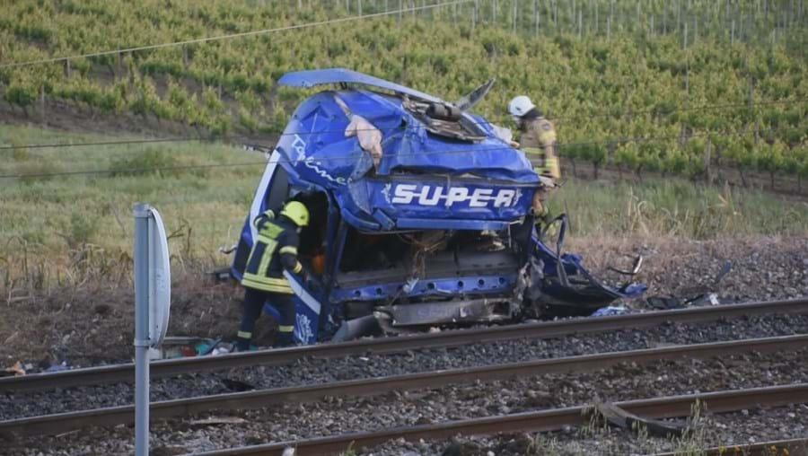 Comboio abalroa camião na Linha do Norte e provoca três feridos e um morto em Santarém