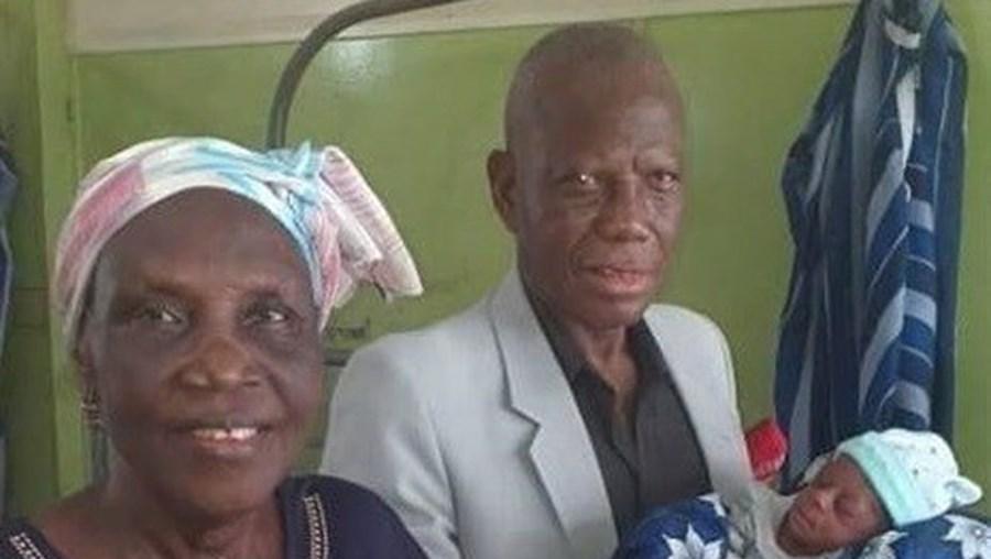 Mulher de 68 anos dá à luz gémeos