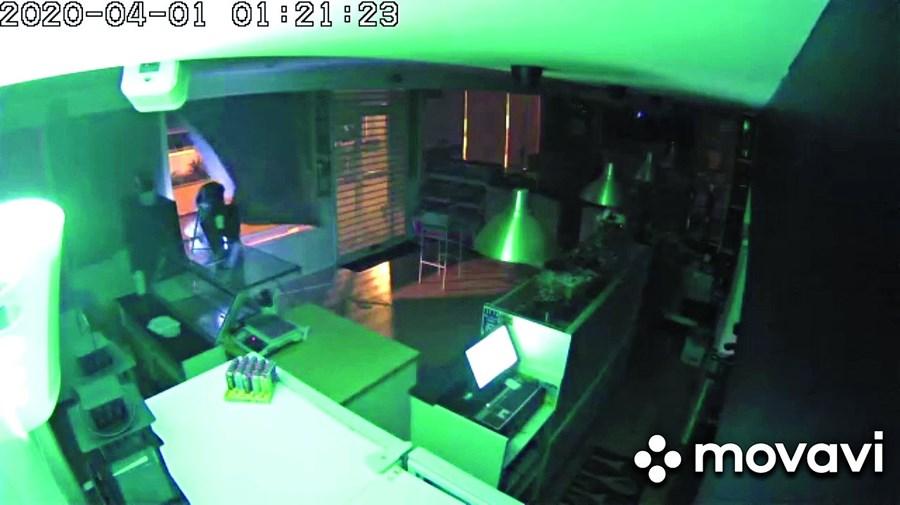 Assalto foi registado pelo sistema de videovigilância do café
