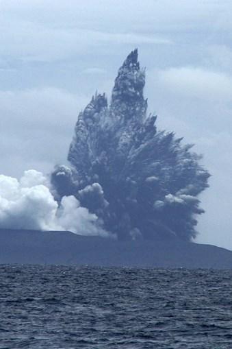 Vulcão Krakatoa entra em erupção na Indonésia