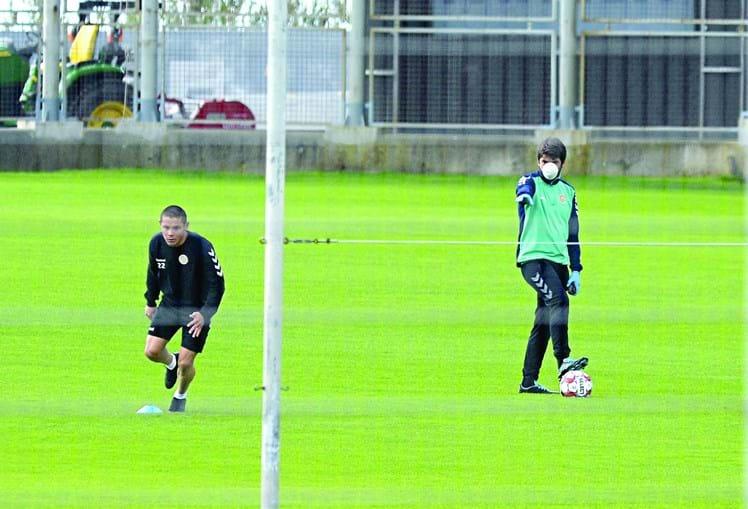 Sob orientação de elementos da equipa técnica (com máscara), jogadores do Nacional voltaram aos treinos de relva