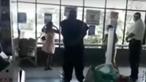 Mulher tira cuecas e usa como máscara ao ser impedida de entrar em supermercado sem proteção. Veja as imagens