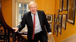Novos casos de Covid-19 disparam no Reino Unido. Boris Johnson reúne conselho de emergência e faz declaração amanhã