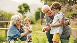Autoridade de saúde suíça defende abraços entre avós e netos