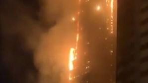 Incêndio consome arranha-céus de 48 andares nos Emirados Árabes Unidos e fere sete pessoas