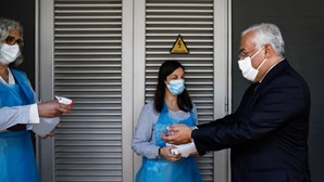 """""""Vamos ter que conviver com este vírus"""": António Costa visita escola secundária em vésperas de reabertura"""