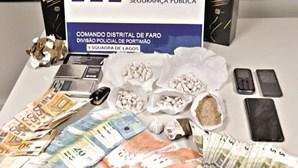 Homem de 29 anos escondia droga em terreno baldio