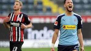Clubes da Bundesliga confinados em centros de treino até final da época devido a aumento de casos Covid-19
