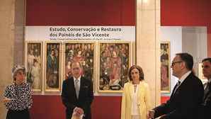 Pinturas restauradas à frente dos visitantes