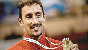 Atleta do Benfica encontra avó degolada em casa em Cascais