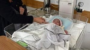 Amina: a recém-nascida que sobreviveu após ser baleada duas vezes na perna em ataque a maternidade