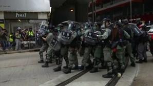 Polícia em Hong Kong dispara gás lacrimogeneo sobre centenas de manifestantes