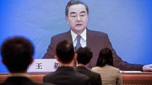 """Governo chinês diz que país está """"à beira de uma nova Guerra Fria"""" com os Estados Unidos"""