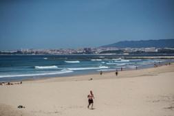Pessoas na praia da Costa de Caparica