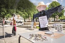 Restaurantes de Braga fizeram ontem um protesto com mesas vazias, espantalhos e imitações de sacos de cadáveres, reclamando mais apoios para o setor