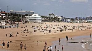 Na praia de Carcavelos centenas estenderam a toalha no areal